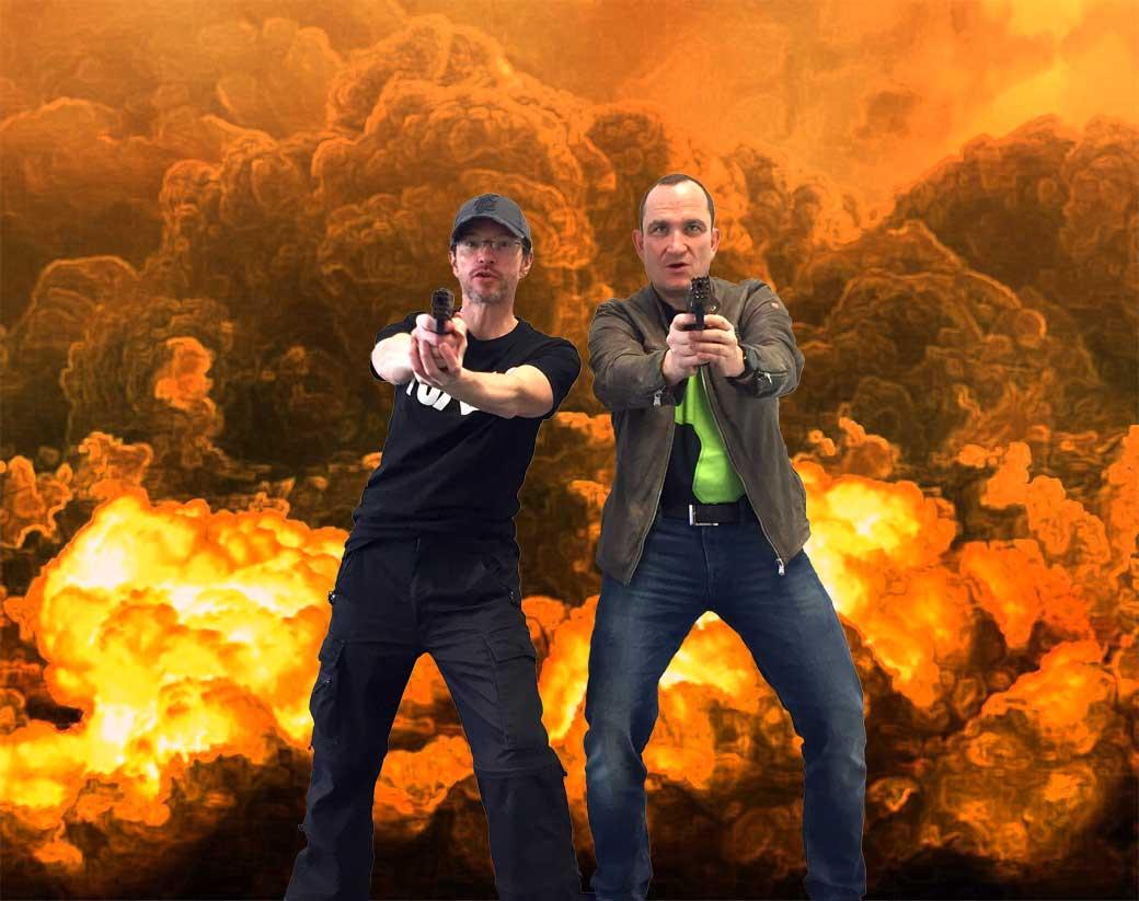 Kowalsky und Smith vor Feuerwand